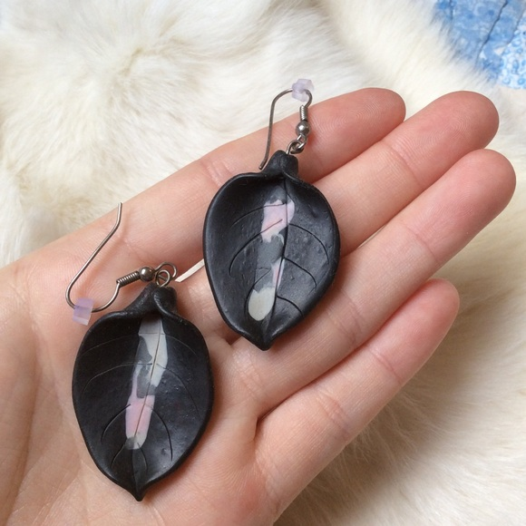 Vintage Jewelry - Cray Leaf Earring Black & Baby Pink